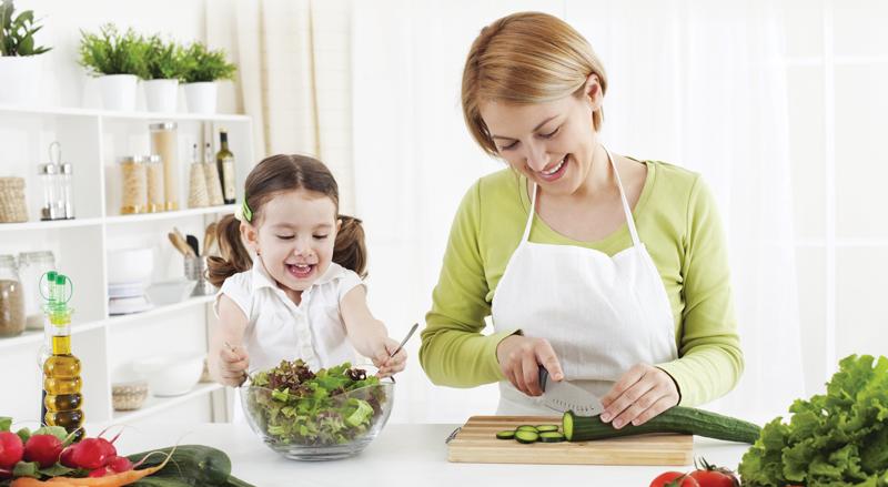 cara agar anak mau makan sayur dengan mengajaknya masak bersama